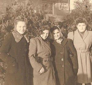 Hella Wartski (second from left)